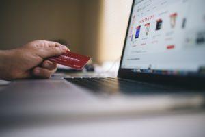 Karta kredytowa przy komputerze