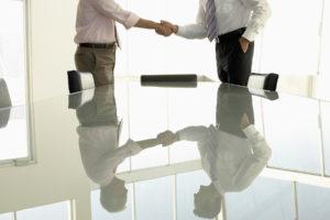 Dwóch mężczyzn w sali konferencyjnej